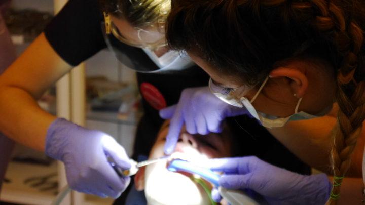 Słuczaczki wykonują zabieg w jamie ustnej pacjenta